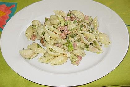 Nudelsalat mit Schinken, Nüssen und Pinienkernen