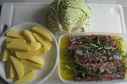 Lammfilet an Wirsing, geschmorten Tomatenscheiben und gebratenen Kartoffelvierteln 5