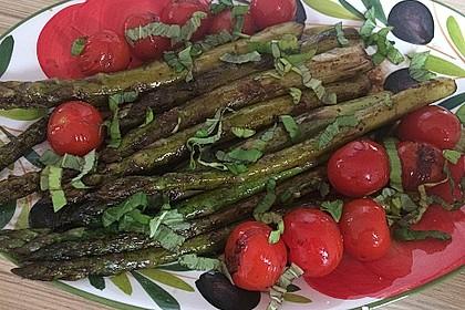 Gebratener grüner Spargel mit Cocktailtomaten, Balsamico und Kürbiskernöl 3