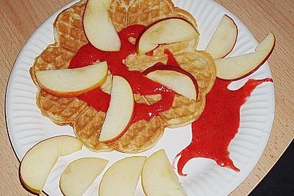 Leicht zitronige Waffeln mit Erdbeerpüree und Apfelspalten