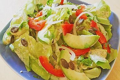 Kopfsalat mit Avocado, Paprika und Kürbiskernen 4