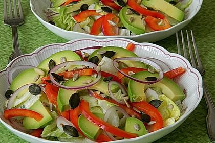 Kopfsalat mit Avocado, Paprika und Kürbiskernen 1