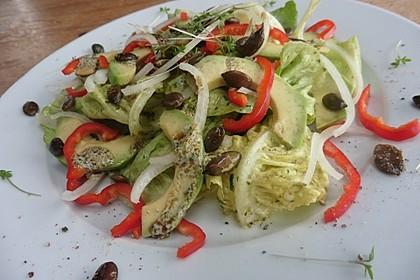 Kopfsalat mit Avocado, Paprika und Kürbiskernen 3