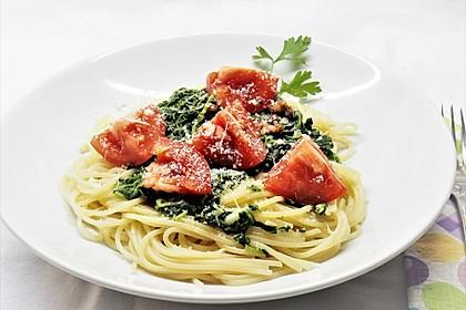Gesundes Nudelgericht mit Blattspinat und Tomaten