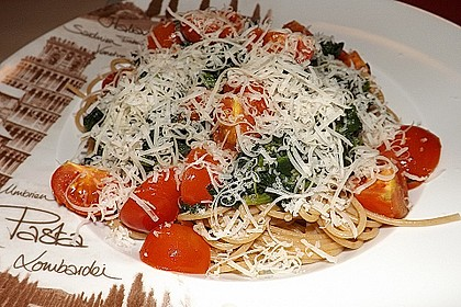 Gesundes Nudelgericht mit Blattspinat und Tomaten 4