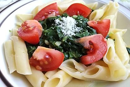 Gesundes Nudelgericht mit Blattspinat und Tomaten 1