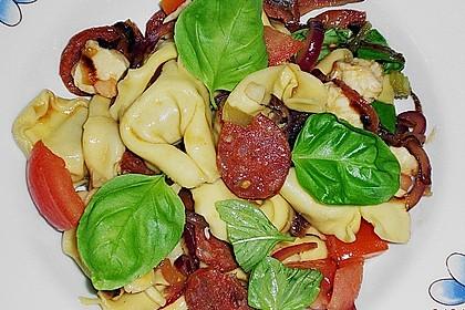 Lauwarmer Tortellinisalat mit Gemüse