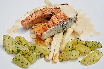 Kotelett vom Lachs auf gebratenem weißen Spargel, mit Senfsabayon nappiert