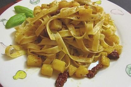 Fettucini verde mit pikanten Kartoffelwürfeln und sonnengetrockneten Tomaten (Bild)