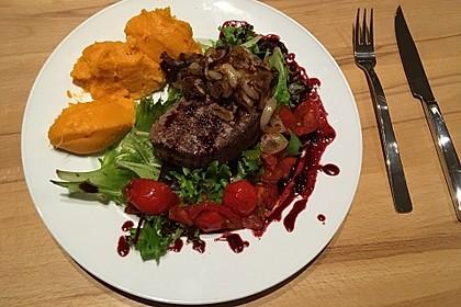 Rinderfilet in Granatapfelsauce auf Rucolasalat mit Parmesansplittern 3
