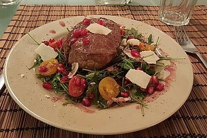 Rinderfilet in Granatapfelsauce auf Rucolasalat mit Parmesansplittern