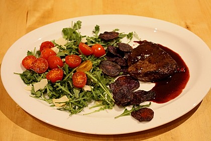 Rinderfilet in Granatapfelsauce auf Rucolasalat mit Parmesansplittern 1