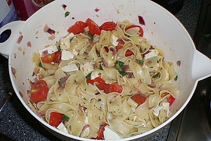 Bandnudeln mit frischen Tomaten, Mozzarella und Basilikum 23