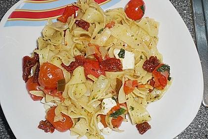 Bandnudeln mit frischen Tomaten, Mozzarella und Basilikum 20