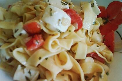 Bandnudeln mit frischen Tomaten, Mozzarella und Basilikum 28