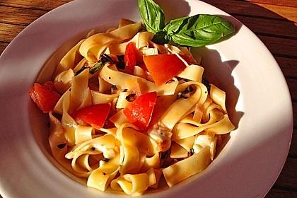 Bandnudeln mit frischen Tomaten, Mozzarella und Basilikum 6