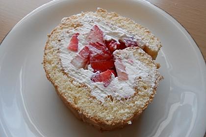 Biskuitrolle mit Erdbeeren (Bild)