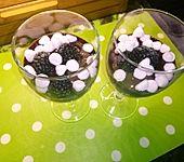 Schokoladenbecher mit Baiser und frischen Beeren (Bild)