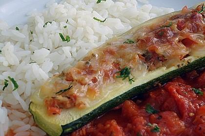 Überbackene Zucchini mit Mozzarella an Reis