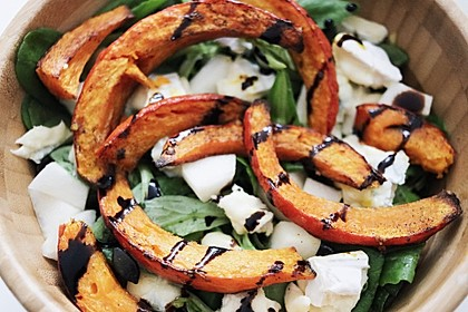 Herbstlicher Salat mit gebratenem Kürbis, karamellisierter Birne, Blauschimmelkäse und Walnüssen (Bild)