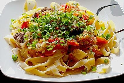 Fleisch-Gemüse-Ragout auf Nudeln nach usbekischer Art
