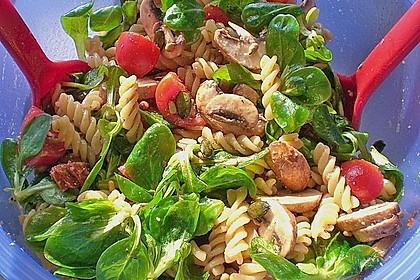 Mediterraner Nudelsalat ohne Mayo mit Feldsalat und getrockneten Tomaten 1