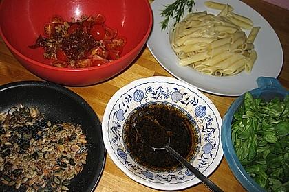 Mediterraner Nudelsalat ohne Mayo mit Feldsalat und getrockneten Tomaten 4