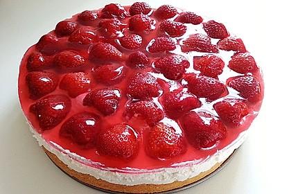 Kalte Erdbeer - Frischkäse - Geburtstagstorte (Bild)