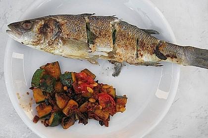 Gegrillter Wolfsbarsch mit mediterranem Zucchinigemüse
