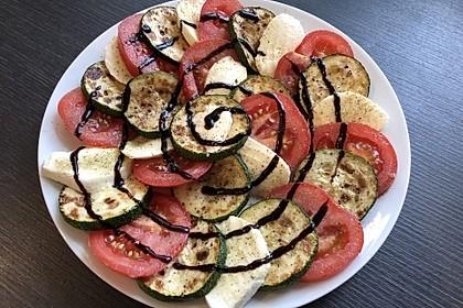 Zucchinisalat mit Tomate (Bild)