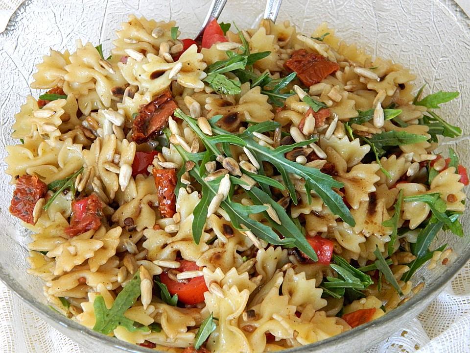 Farfalle salat mit getrockneten tomaten und pinienkernen