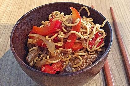 Chinesisches Zwiebel - Rindfleisch mit Nudeln