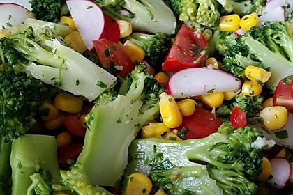 Brokkolisalat mit Mais und Radieschen