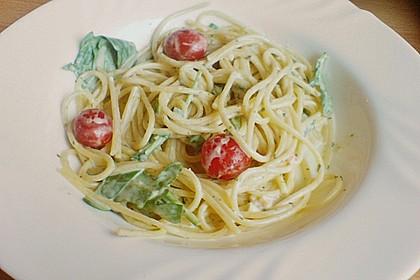 Italienischer Nudelsalat mit Tomaten und Rucola