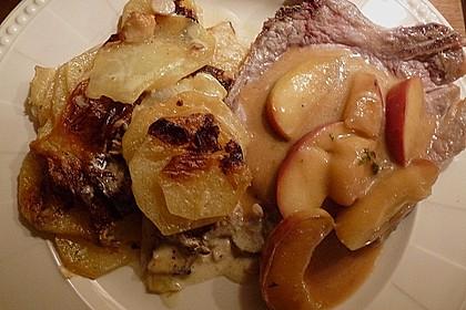 Schweinekoteletts mit Äpfeln und Weintrauben