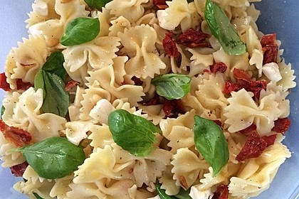 Nudelsalat mit getrockneten Tomaten, Pinienkernen, Schafskäse und Basilikum 33