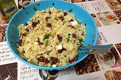 Nudelsalat mit getrockneten Tomaten, Pinienkernen, Schafskäse und Basilikum 39