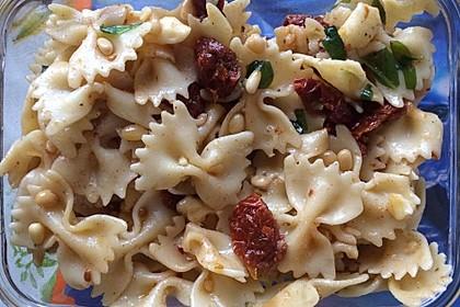 Nudelsalat mit getrockneten Tomaten, Pinienkernen, Schafskäse und Basilikum 40