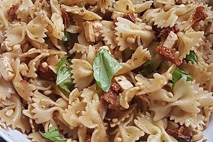 Nudelsalat mit getrockneten Tomaten, Pinienkernen, Schafskäse und Basilikum 36