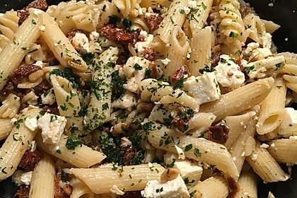 Nudelsalat mit getrockneten Tomaten, Pinienkernen, Schafskäse und Basilikum 44