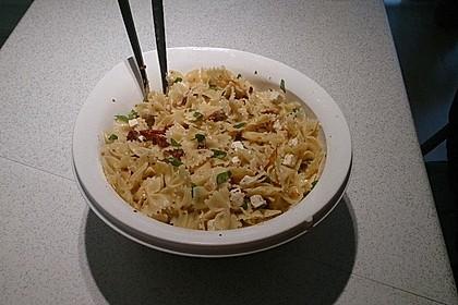 Nudelsalat mit getrockneten Tomaten, Pinienkernen, Schafskäse und Basilikum (Bild)