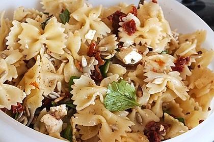 Nudelsalat mit getrockneten Tomaten, Pinienkernen, Schafskäse und Basilikum 45