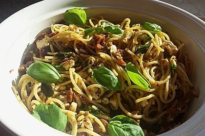 Nudelsalat mit getrockneten Tomaten, Pinienkernen, Schafskäse und Basilikum 59