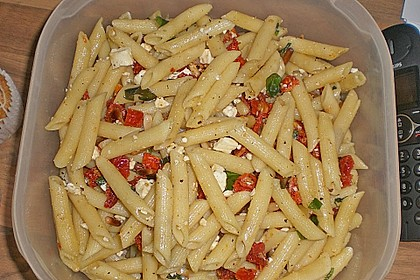 Nudelsalat mit getrockneten Tomaten, Pinienkernen, Schafskäse und Basilikum 64