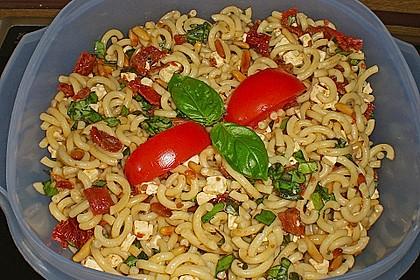 Nudelsalat mit getrockneten Tomaten, Pinienkernen, Schafskäse und Basilikum 26