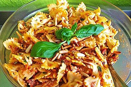 Nudelsalat mit getrockneten Tomaten, Pinienkernen, Schafskäse und Basilikum 22