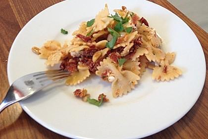 Nudelsalat mit getrockneten Tomaten, Pinienkernen, Schafskäse und Basilikum 61