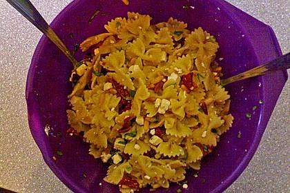 Nudelsalat mit getrockneten Tomaten, Pinienkernen, Schafskäse und Basilikum 65