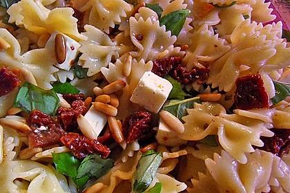 Nudelsalat mit getrockneten Tomaten, Pinienkernen, Schafskäse und Basilikum 6