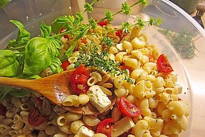 Nudelsalat mit getrockneten Tomaten, Pinienkernen, Schafskäse und Basilikum 16